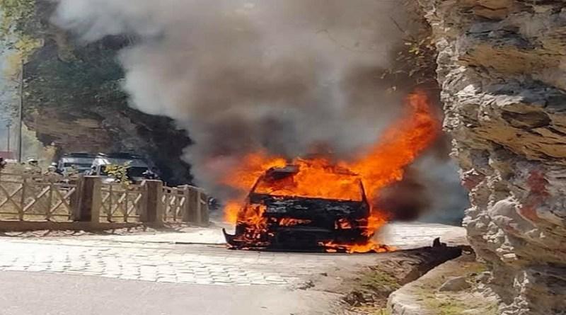 उत्तरकाशी में गंगोत्री हाईवे ऐसा हादसा हुआ, जिसे देखर हर कई दहशत में आ गया। ब कोट बंगला के पास चलती कार में अचानक भीषण आग लग गई।