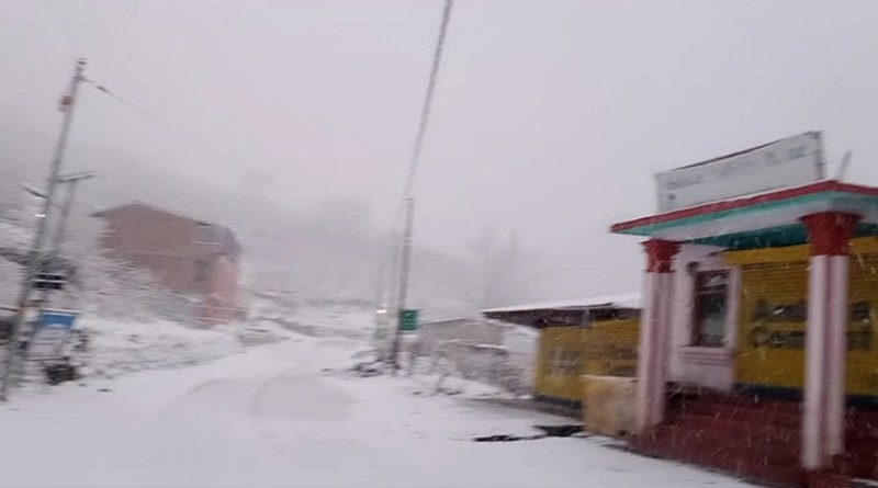 उत्तरकाशी में तापमान में भारी गिरावट दर्ज की गई है। बुधवार को दोपहर बाद जिला मुख्यालय समेत आसपास के इलाकों में हल्की बारिश हुई।