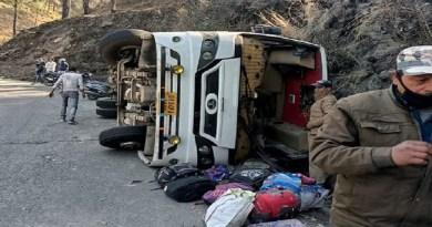 अल्मोड़ा में एक बस बेकाबू होकर पलट गई। हादसे में 16 लोग घायल हो गए।