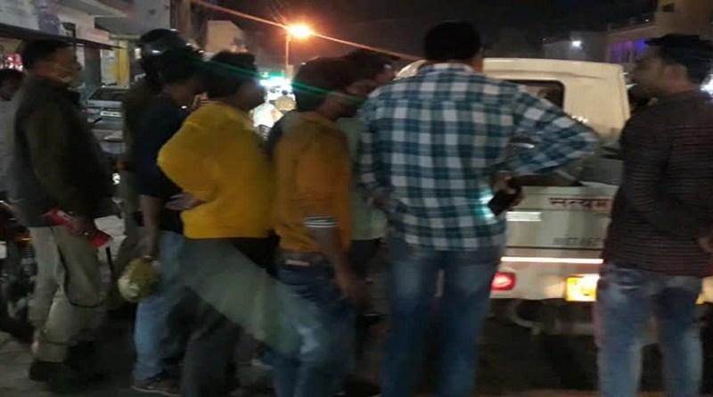 हरिद्वार-लक्सर रोड पर दर्दनाक सड़क हादसा हुआ है। युवराज बैंक्वेट हॉल के पास खड़े डंपर में पीछे से बाइक सवार 2 युवक टकरा गए।