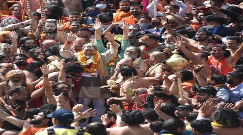 महाशिवरात्रि के पावन पर्व पर कुंभ में प्रथम शाही स्नान रहा। इस पल को खास बनाने के लिए उत्तराखंड प्रशासन की ओर से कुंभ में साधु-संतों पर हेलीकॉप्टर से पुष्पवर्षा की गई।