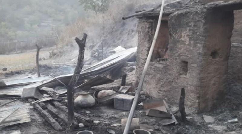 टिहरी गढ़वाल के कण्डीसौंड़ के जंगल में लगी आग ने धरवाल गांव तक पहुंच गई। जिसमें एक घर जलकर राख हो गया। आग लगने से गांव में हड़कंप मच गया। आननफानन में लोगों ने खुद ही आग बुझानी शुरू कर दी