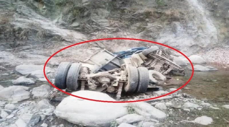 उत्तराखंड के हल्द्वानी-अल्मोड़ा राष्ट्रीय राजमार्ग पर रातीघाट के पास एक डंपर अनियंत्रित होकर नदी में जा गिरा जिसमें ड्राइवर की मौत हो गई।