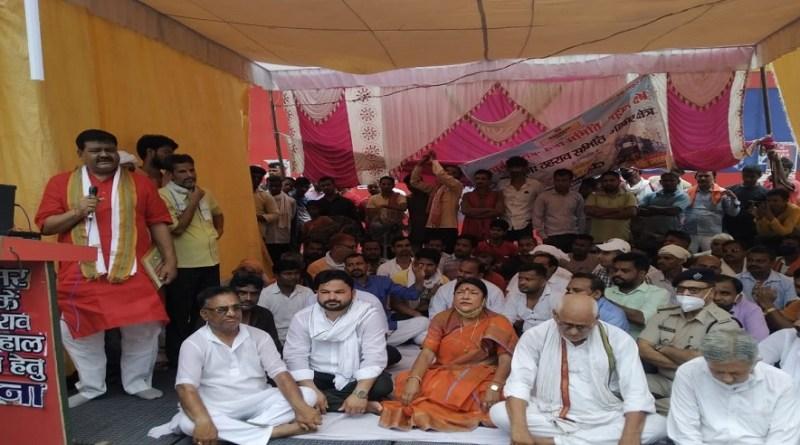 उत्तर प्रदेश के गाजीपुर जिले के गहमर रेलवे स्टेशन पर ट्रेनों की ठहराव की मांग को लेकर आंदोलन जारी है।