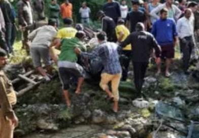उत्तराखंड में दर्दनाक हादसा! मुनस्यारी से लौट रही ट्रैवलर खाई में गिरी, 5 पर्यटकों की मौत