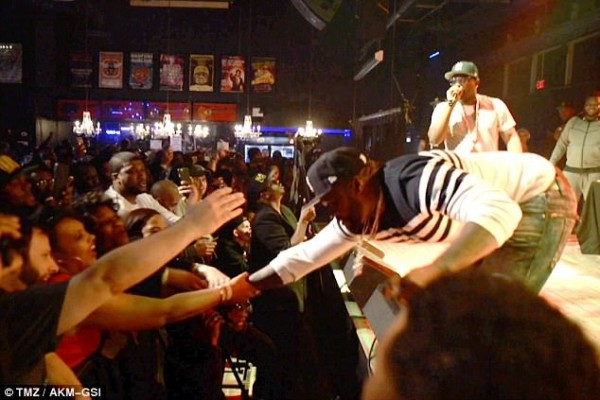 https://i0.wp.com/newsofafrica.org/wp-content/uploads/2017/04/3F24D0FA00000578-4399802-Trying_to_pull_back_his_arm_The_rapper_was_performing_with_The_L-a-26_1491877313962-e1491921541697.jpg?fit=600%2C400&ssl=1