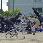 自転車で「ポケモンGO」やっていたJK、手押し車の老婆にGON!