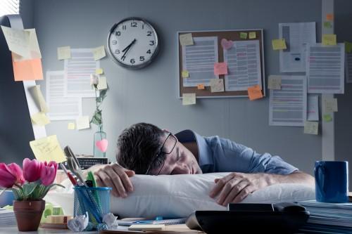 残業時間に上限を…月平均60時間で政府調整。繁忙期は100時間まで認めるもよう