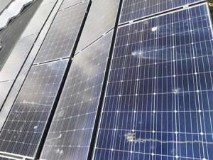 Vervuilde zonnepanelen in beeld