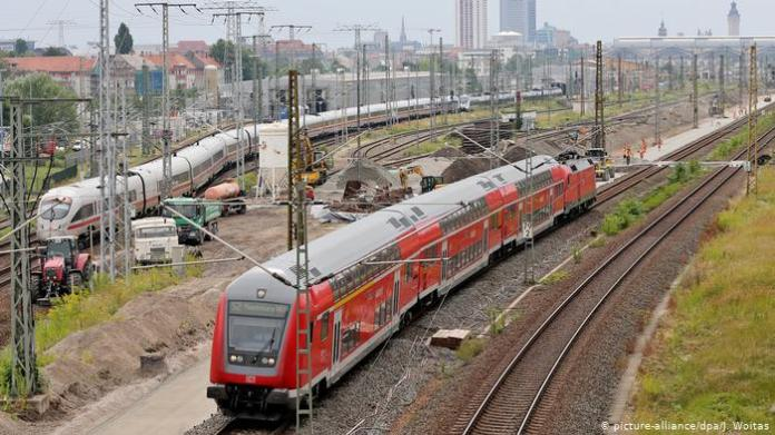 Red Regionalbahn and ICE train (picture-alliance / dpa / J. Woitas)