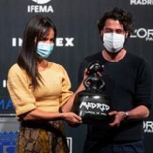 Villacís presents the Madrid es Mokda award to Moisés Nieto