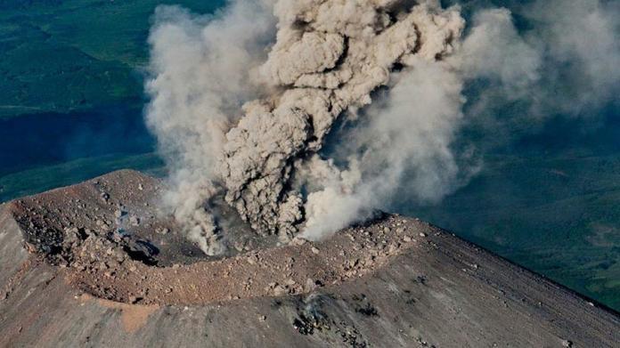 Вулкан Ключевской на Камчатке выбросил столб пара на 5,5 км