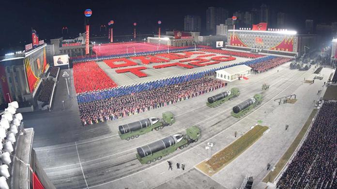 Власти КНДР показали на параде баллистическую ракету для подлодок