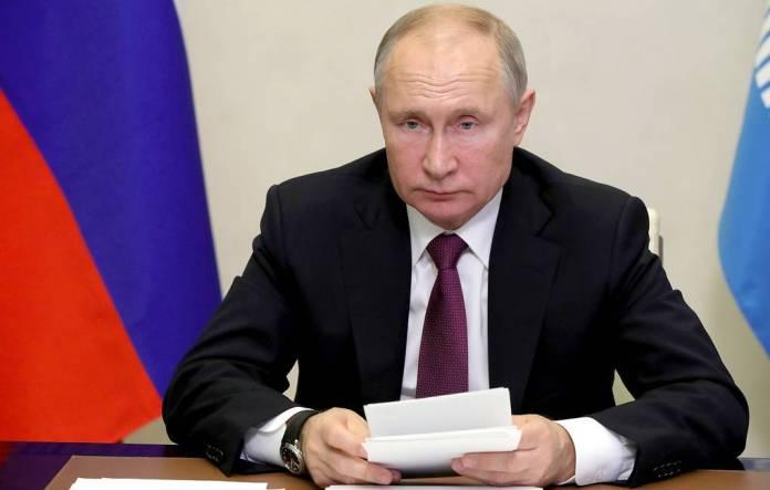 Путин поручил устранить проблемы с зарплатами бюджетников