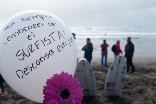 Dezenas no mar e centenas no areal no adeus à surfista Tânia Oliveira