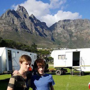Hamilton (li) und Tom Taylor am Set in Südafrika