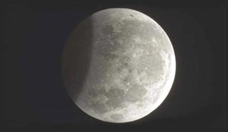 या वर्षातील पहिले खग्रास चंद्रग्रहण येत्या बुधवारी, २६ मे रोजी दुपारी ३-१५ ते सायं. ६-२३ या वेळेत होणार असून ते आपल्याला दिसणार नाही.