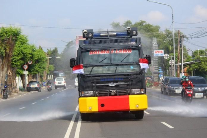 Keliling Kota Karanganyar, Mobil Water Cannon Semprot Desinfektan