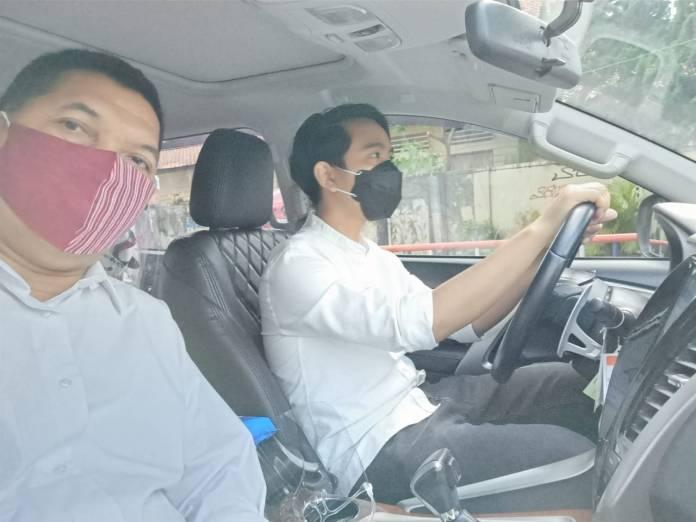 Naik Mobil Bertiga, Gibran-Teguh dan Sukasno Hadiri Pleno KPU di The Sunan Hotel