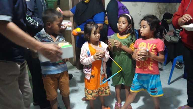Dapur Umum MDMC Bagikan Ratusan Gelas Bubur Bagi Pengungsi Merapi