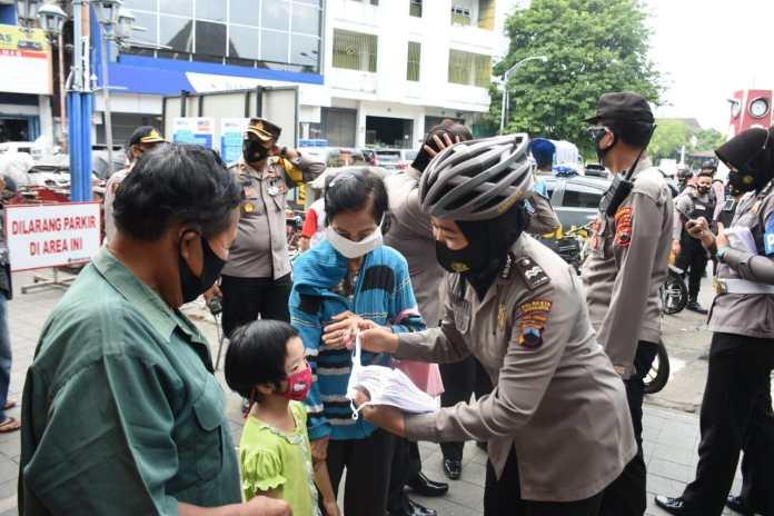 Mengayuh Sepeda, Polwan-Polwan Cantik Berbagi Masker di Pasar Gede dan Keraton