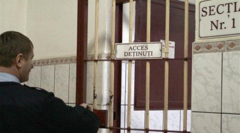 Tineri gardieni din Penitenciarul Arad s-au pensionat dând șpagă la Spitalul Militar