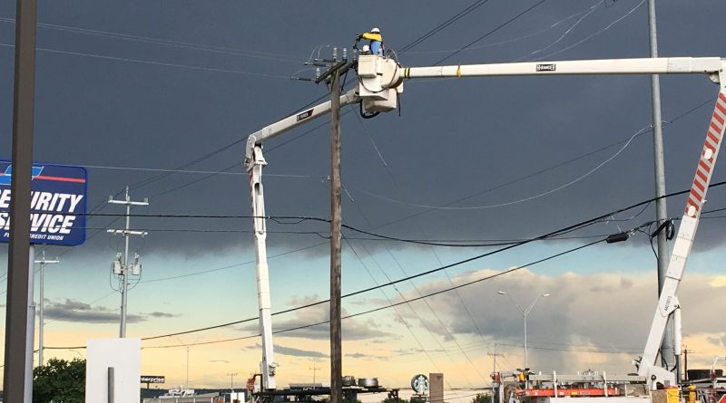CPS Energy lineman at work during the storm