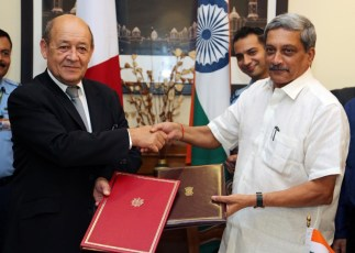 Indian Defence Minister Manohar Parrikar and French Defence Minister Jean-Yves Le Drian exchanging the Rafale contract agreement