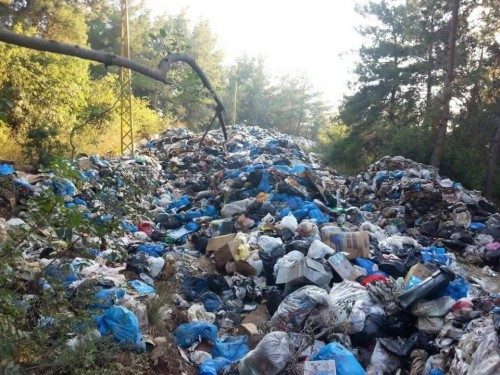 Piles of trash have become a common sight throughout Lebanon. Source: Facebook/tol3etre7etkom
