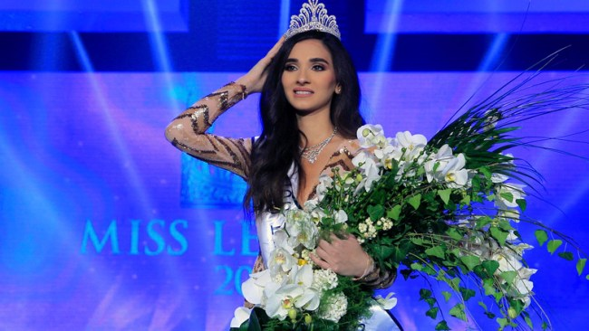 Sandy Tabet fixes her crown after winning Miss Lebanon 2016 | Source: AP/BilalHussein