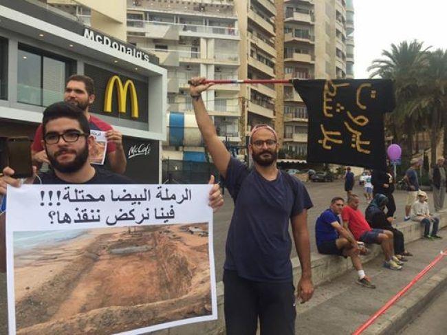 Activists Firas BouZeineddine and Whard Sleiman holding placards at Sunday's Beirut Marathon | Source: Facebook/FirasBouZeineddine