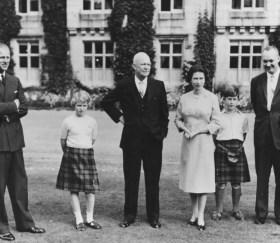 Президент Эйзенхауэр (в центре) с британской Королевской семьей (L-R) Принц Филипп, Принцесса Анна, королева Елизавета, Принц Чарльз и капитан Джон Эйзенхауэр, Балморальский замок, Шотландия, 1959 год Getty
