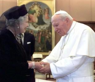 Королева Елизавета II и папа Иоанн Павел II во время их встречи в Ватикане, 2000 год