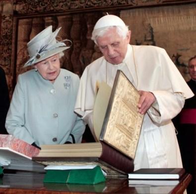 Королева Елизавета II беседует с папой Бенедиктом XVI во время утренней публики в гостиной во Дворце Холирудхаус в Эдинбурге во время четырехдневного визита Папы Римского в Великобританию, 2010