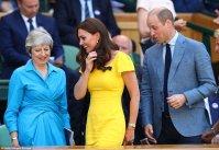 Тереза Мэй встала, чтобы позволить королевской паре занять свои места в Королевской коробке перед матчем
