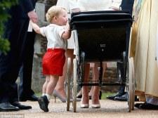Принц Джордж смотрит на свою сестру принцессу Шарлотту в ее коляске в поместье Сандрингем