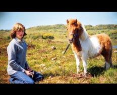 Диана с шетландским пони Суфле в доме ее матери летом 1974 года
