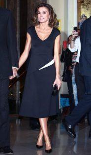 22 октября 2018. Королева Испании была в платье с белой вставкой от Francisco Cerecedo на Journalism Awards в Royal Palace Hotel в Мадриде.