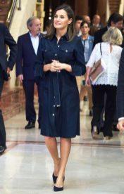 26 июля 2018 Королева направилась в свой родной город Овьедо, для посещения Международной музыкальной школы и надела джинсовое платье Hugo Boss.