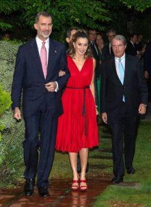 28 июня 2018 На церемонии награждения Princess of Girona Foundation Королева Летиция ошеломила в платье из красного плиссированного крепа Carolina Herrera, которое она впервые одела в сентябре 2017 года.