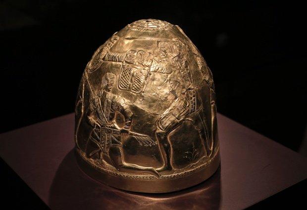 """Фото АП:  Скифское золото, шлем четвертого века до нашей эры, отображается как часть выставки под названием """"Крым -. Золото и секреты Черного моря"""", в Аллард Пирсон историческом музее в Амстердаме, в пятницу 4 апреля 2014"""