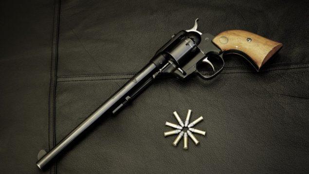 revolver_patronyi_kurok_fon_koja_26