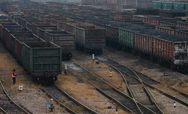 В этом снимке, сделанном в среду, 19 ноября 2014, вагоны для перевозки угля, ждут, транспортировки в Донецк.