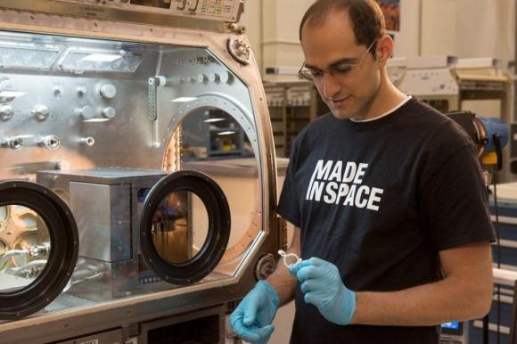 Заместитель руководителя программы Мэтью Наполи рассматривает печатную 3D часть в Marshall Space Flight Center. Изображение предоставлено Made In Space.