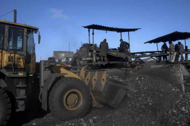 Работники сортируют уголь на незаконной добыче угля в Торезе, на востоке Украины, в четверг, 20 ноября 2014