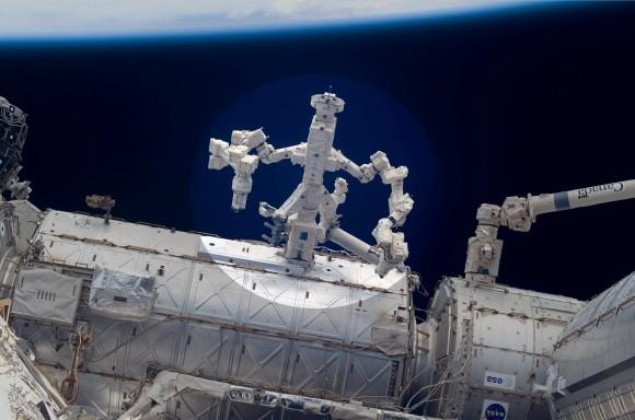 Робот Декстра Канады (основной момент) и Автоматизированный Эксперимент Дозаправки НАСА совместно выполнил инновационное исследование робототехники на борту ISS в марте 2012. Декстр использовал его руки, чтобы схватить специализированные рабочие инструменты на RRM для экспериментов, чтобы отремонтировать и дозаправить орбитальные спутники. Кредит: НАСА