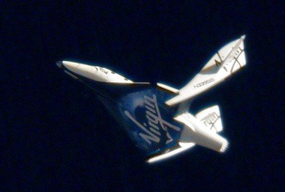 SpaceShipTwo показывают в крылатой конфигурации в более раннем неприведенном действие испытательном полете. В то время как летчики-испытатели проверили сработаться более низкую, более плотную атмосферу, космический корабль летел намного медленнее, и усилия на транспортном средстве остались в пределах запасов прочности. (Фото Кредит: Virgin Galactic)