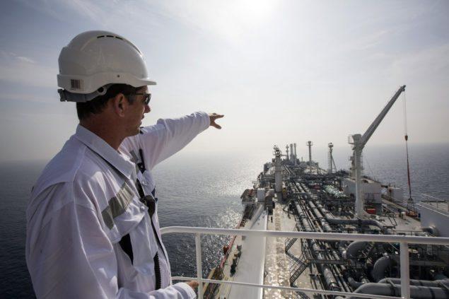 Чиновник, когда он стоит на танкере, перевозящем сжиженный природный газ в Средиземном море, примерно в 10 км (6 милях) от прибрежного израильского города Хадера 22 января 2014 года.