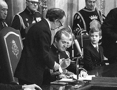 Король Испании Хуан Карлос I Juan Carlos I подписывает Испанскую Конституцию 1978 года
