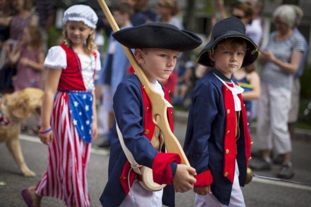 Дети в революционной военных костюмах маршируют через Барнстейбл Village на Кейп-Коде, во время ежегодного Четвертого июля парада в честь Дня независимости страны, в Barnstable, штат Массачусетс, 4 июля, 2015 (REUTERS / Mike Сегар)